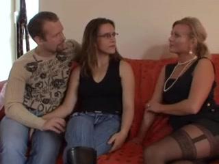 Зрелая блондинка в чулках помогает молодой паре улучшить домашний секс