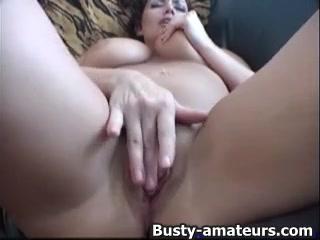 В душе красотка с большими сиськами мастурбирует киску вибратором