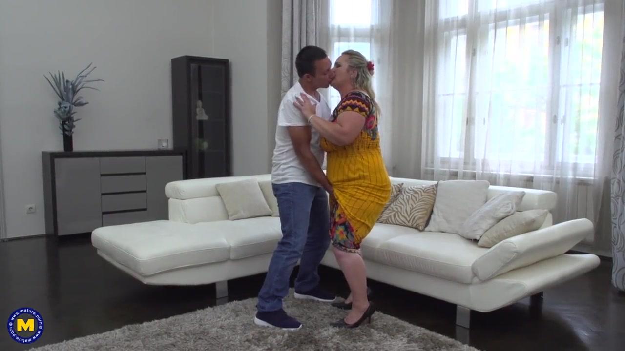 Домашняя нарезка с супружескими изменами озабоченных зрелых блондинок