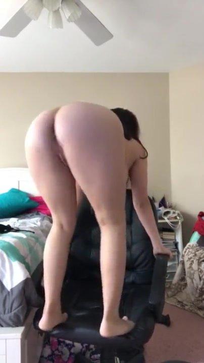 Любительский стриптиз с мастурбацией перед вебкамерой от красотки в чулках