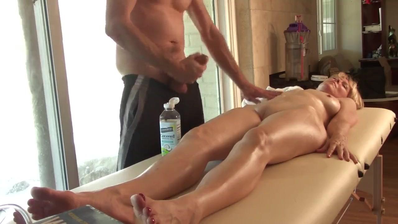 Молодой массажист дрочит член и кончает на голую зрелую блондинку