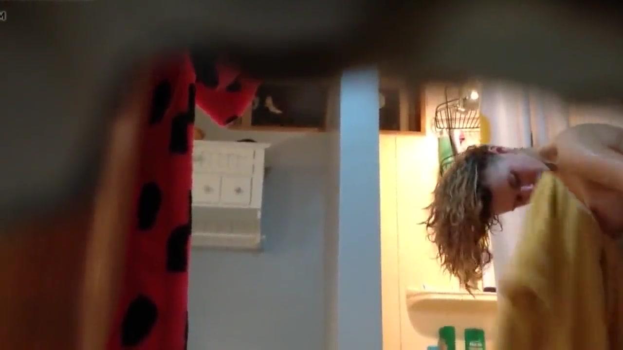 В ванной любительское подглядывание за кокеткой принявшей душ