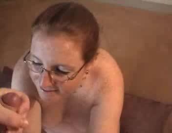 Очкастая любительница сосёт член одинокого мужика и с каждой минутой зрелая чувствует, что киска мокнет сильнее