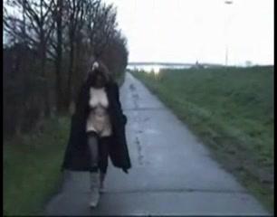 Бабе нравится ходить полуголой по улице и отсасывать у незнакомцев