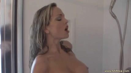 Красивая азиатка принимая душ возбудившись предалась домашней мастурбации