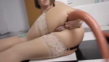 Глубокая мастурбация девушки в чулках с помощью пальчиков