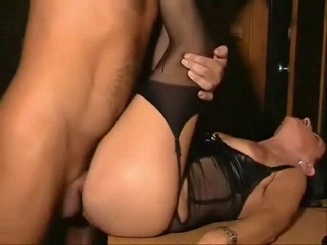 В горячем порно любовник трахает зрелую брюнетку в нижнем белье и чулках