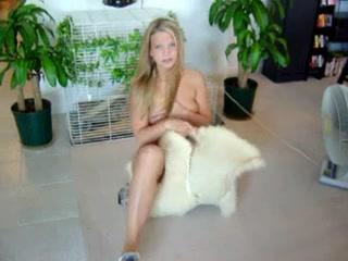 Красивая фигуристая блондинка сидит на партнёре в любительском видео