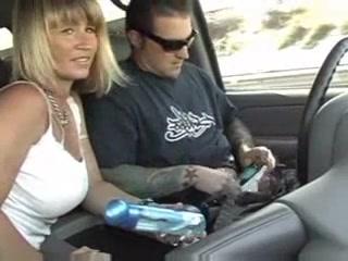 Пассажирка в машине бесплатно строчит домашний минет от первого лица водителю